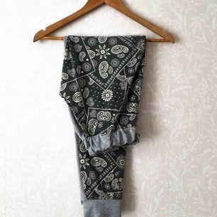 Fräcka mjukisbyxor men rokoko liknade mönster. Detaljer i form av gråa muddar och falska fickor på rumpan. Är ganska noppiga och därav priset. Kan frakta eller mötas upp i Stockholmslmrådet.