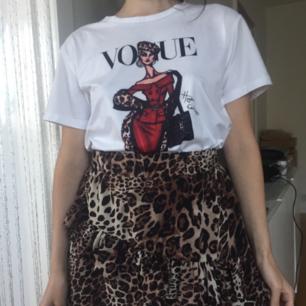 Svinsnygg VOUGE T-shirt(ej äkta)från Spanien❤ Materialet är av mjukaste bomull-så skönt! Och trycket är fantastiskt och som målat på plagget!😍 Pss- säljer även kjolen jag bär på bild1 i en annan annons. Frakt: 36:-