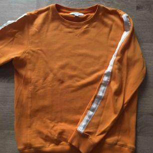 Tröja från Soulland i en slags gyllene orange färg. Vita stripes på armarna men en glänsande nyans. Storlek M. Nypris 1000, köpt från Zalando. Bara att fråga om något undras :)