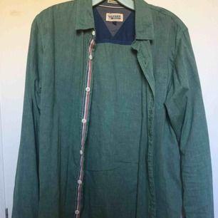 Grön skjorta från Hilfiger. Skön o sval skjorta. Nypris 1000kr. Knappt använd. Om något undras eller fler bilder önskas är det bara att kontakta :) #skjorta #hilfiger