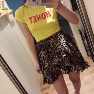 Helt ny cropped t-shirt ifrån Fancy Qube💛 Pss-säljer även kjolen i annan annons! Frakt: 18:-