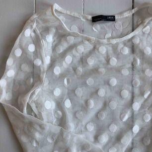 """Vit genomskinlig långärmad tröja från Zara med """"prickar"""". Superbra skick! Finns i Malmö, annars står köpare för frakt. Kontakta mig för fler bilder på plagget!"""