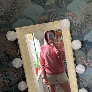 Fin rosa hoodie från Bik Bok! Passar mig bra som har storlek XS/S. Frakt inräknat i priset, tar endast swish. Bara att skicka en fråga om du undrar något!