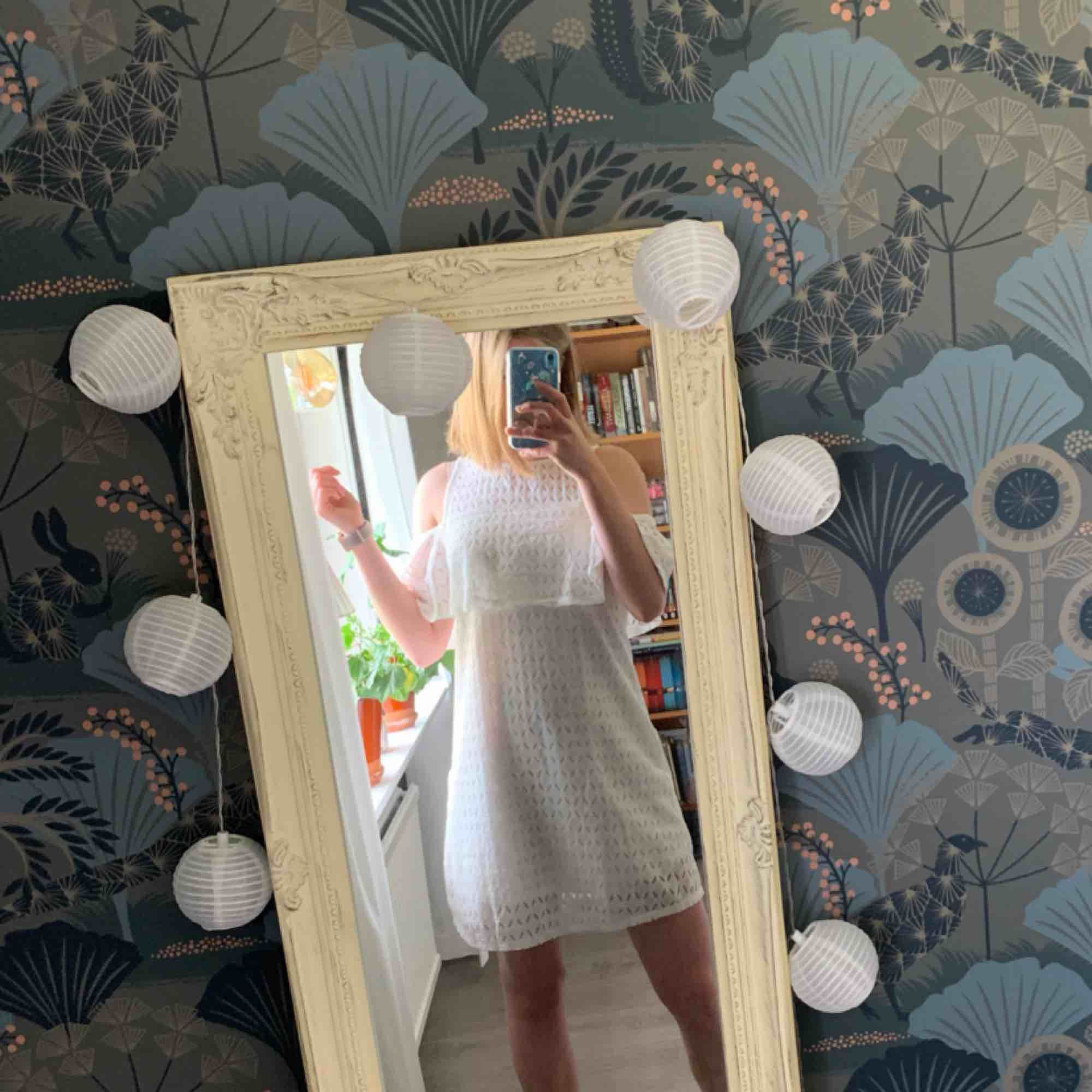 Söt klänning från Leftie! Passar mig bra som har storlek XS/S. Använd endast en gång. Frakt inräknat i priset, tar endast swish. Bara att skicka en fråga om du undrar något! . Klänningar.
