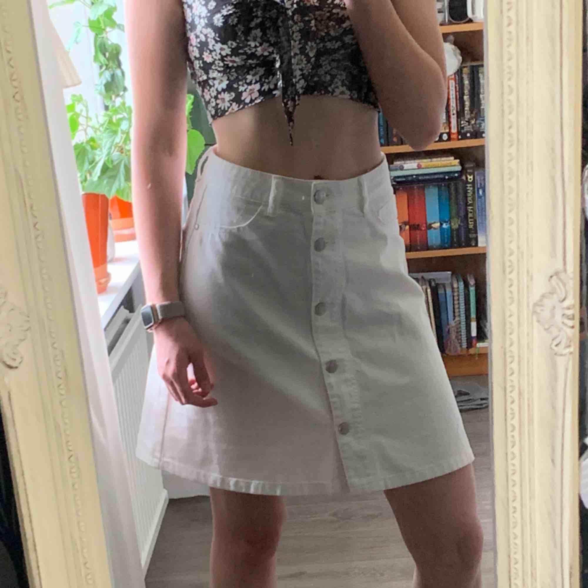 Super fin kjol från Noisy May! Är lite stor för mig som har storlek XS/S. Frakt inräknat i priset, tar endast swish. Bara att skicka en fråga om du undrar något! . Kjolar.