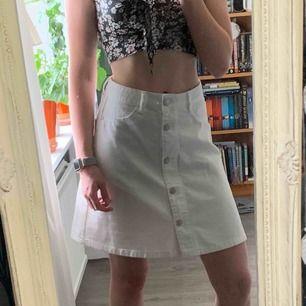 Super fin kjol från Noisy May! Är lite stor för mig som har storlek XS/S. Frakt inräknat i priset, tar endast swish. Bara att skicka en fråga om du undrar något!