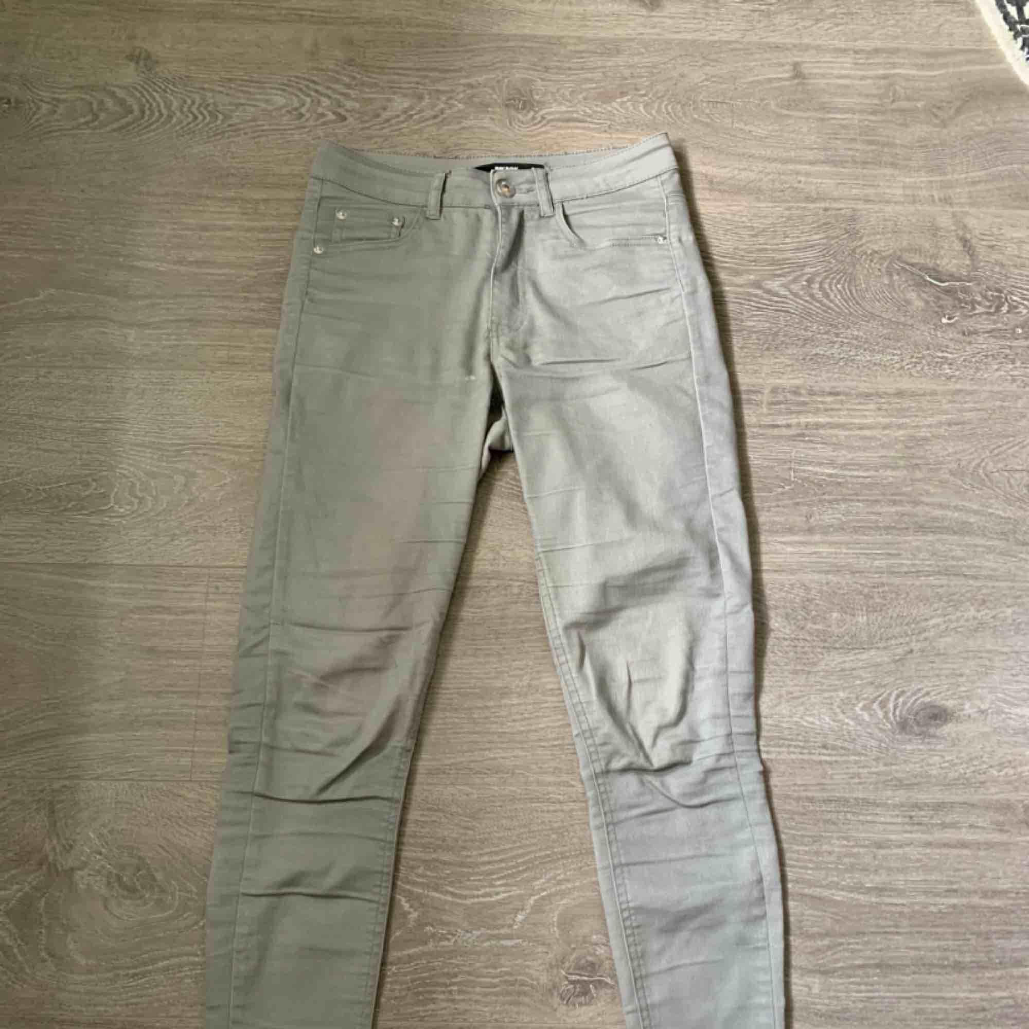 Snygga byxor från Bik Bok! Passar mig bra som har storlek XS/S. Lite färg fläck men syns knappt! Frakt inräknat i priset, tar endast swish. Bara att skicka en fråga om du undrar något! . Jeans & Byxor.