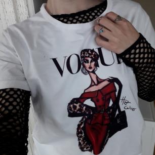 Skitsnygg nättröja från NANAA🌼(Pss säljer även VOUGE T-shirten-bild1 o Gulrutiga cluelesstoppen på bild 3 i andra annonser). Oändligt med stylingidéer!😍 Frakt: 36:-