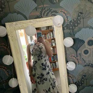 Super fin klänning från Fleur de sel (dyrt franskt märke)! Är lite stor för mig som har storlek XS/S. Frakt inräknat i priset, tar endast swish. Bara att skicka en fråga om du undrar något!