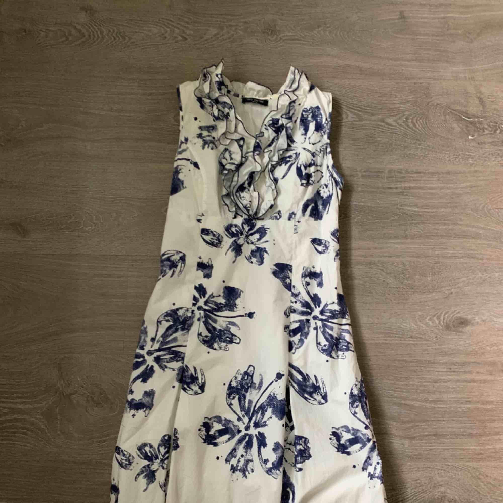 Super fin klänning från Fleur de sel (dyrt franskt märke)! Är lite stor för mig som har storlek XS/S. Frakt inräknat i priset, tar endast swish. Bara att skicka en fråga om du undrar något! . Klänningar.