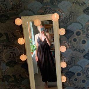 Jättefin svart klänning från Tiger Lilly (dyrt australiensiskt märke)! Små i storleken då den sitter bra på mig som har storlek XS/S. Frakt inräknat i priset, tar endast swish. Bara att skicka en fråga om du undrar något!