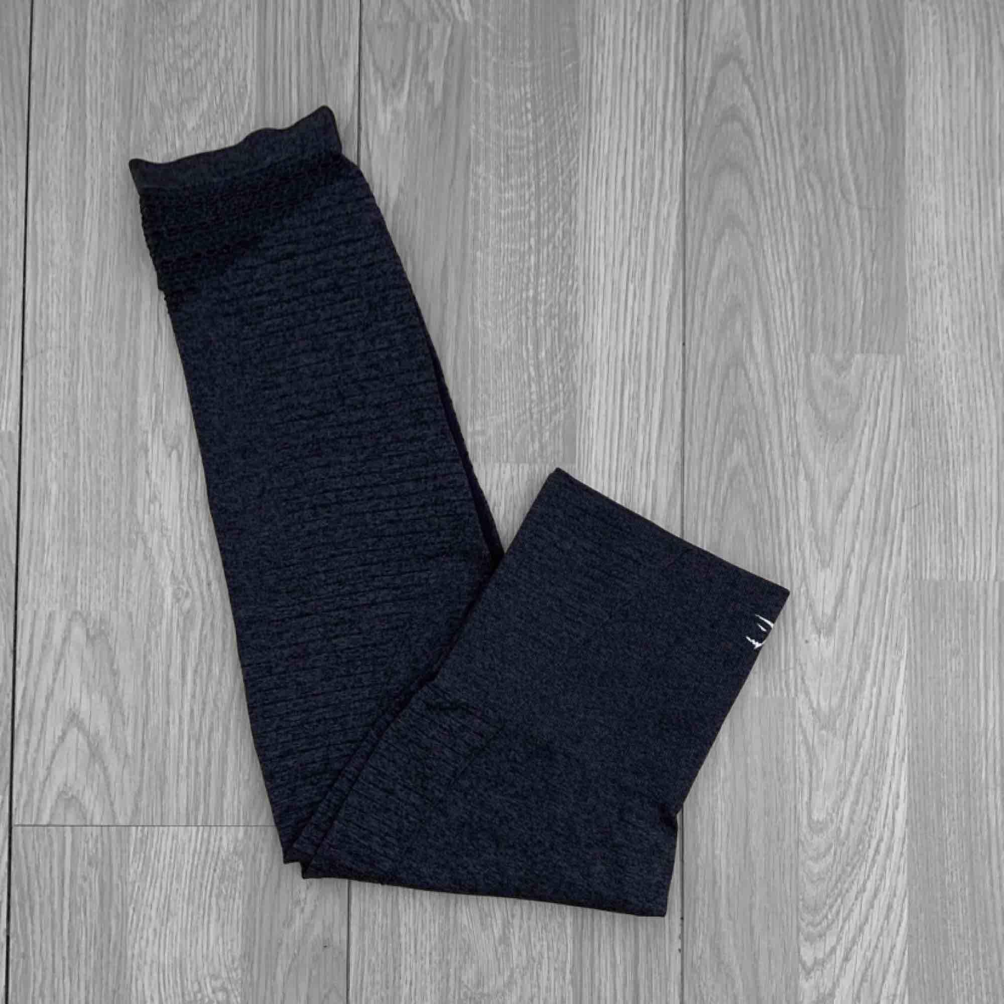 """Högmidjade croppade Gymshark seamless leggings i färgen """"black marl"""" Äldre modell som inte har loggan fram. Väldigt eftertraktade och görs inte längre.. Jeans & Byxor."""