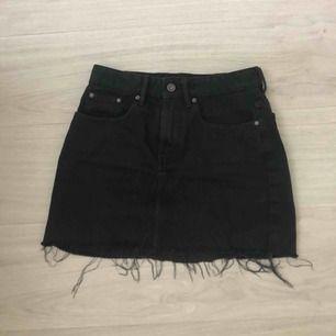 En svart jeanskjol från Zara i fint skick.  Betalning via swish och frakt ingår
