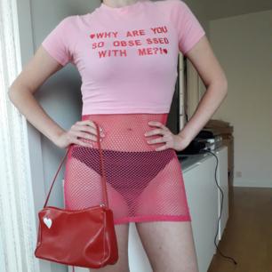 Kort t-shirt från USA med äkta meangirlanda!💞 Markerad st.S men passar bra på mig som har XS-skönt o stretchigt material🌼 Pss-säljer även både rosa nätplagget o röda väskan på bild1 i andra annonser! Frakt: 18:-