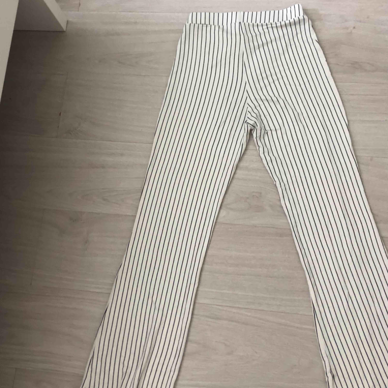 Ett par vida byxor från Gina Tricot i storlek S.  Betalning via swish och frakt ingår  . Jeans & Byxor.