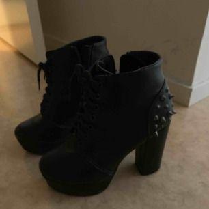 Högklackade skor med nitar baktill, Storlek 37. Lite slitningar på dom men inget man tänker på , därmed det låga priset.