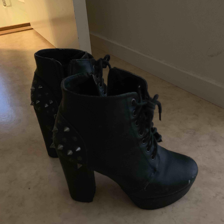 Högklackade skor med nitar baktill, Storlek 37. Lite slitningar på dom men inget man tänker på , därmed det låga priset. . Skor.