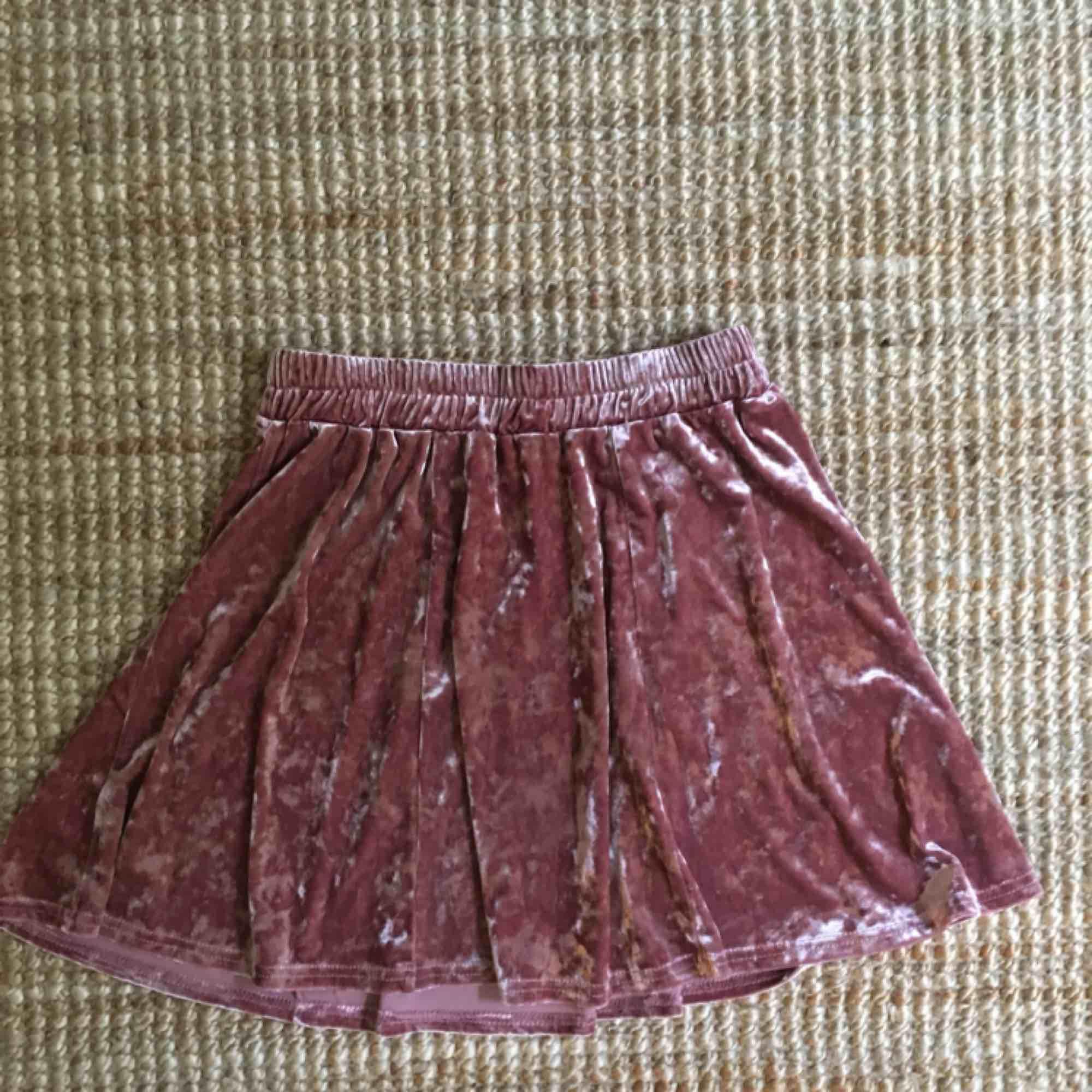 A-line/skater-kjol från Urban Outfitters i stl S. I rosa sammet💖. Kjolar.