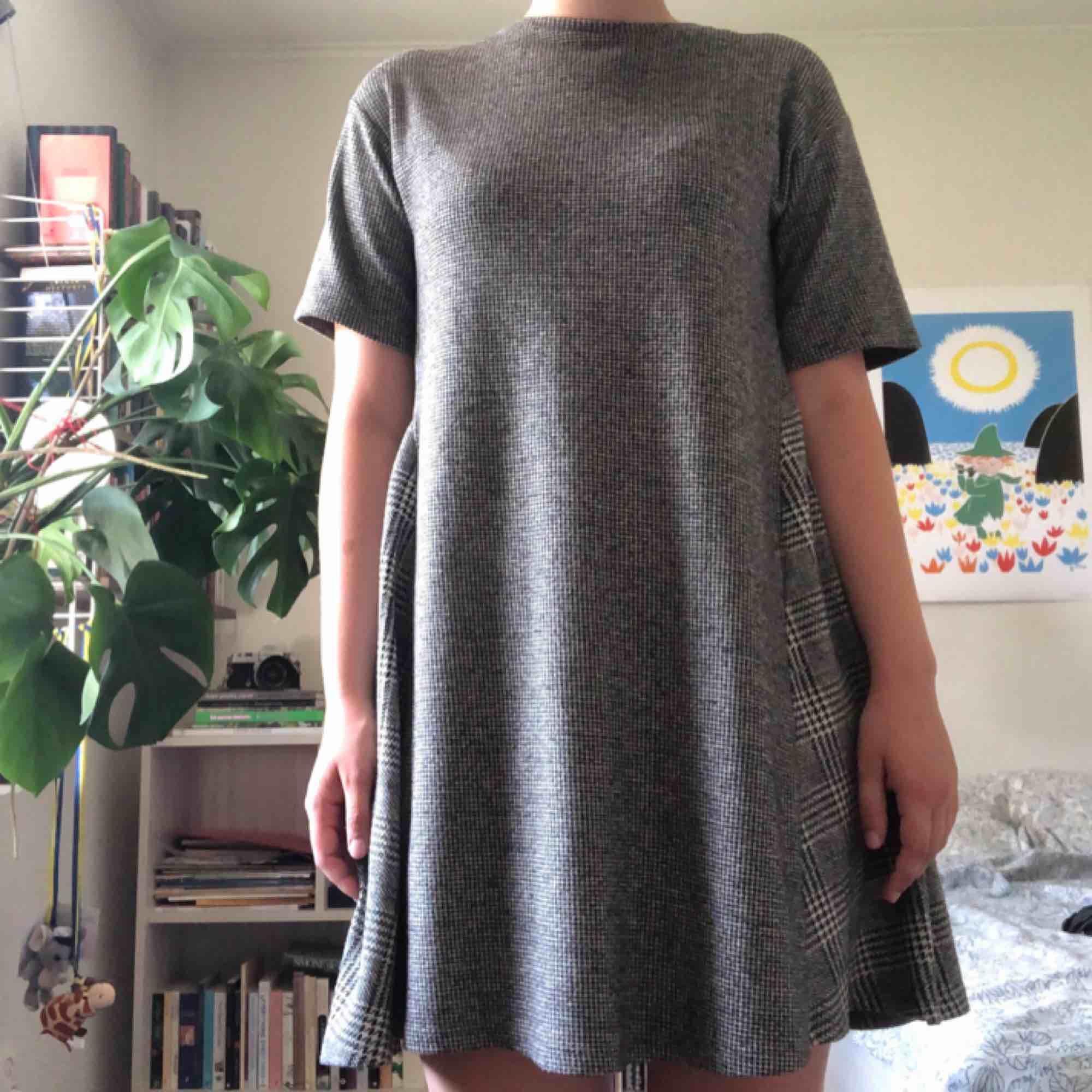 Mönstrad klänning från Zara, storlek S. Använd, men fortfarande i gott skick. Frakt tillkommer!. Klänningar.