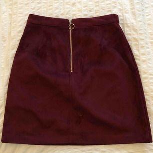 Röd kjol i sammet från primark i storlek 32, snålt använd  och fint skick. På baksidan är det en dragkedja.