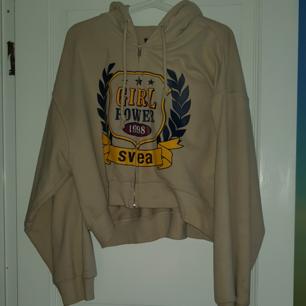 En kort hoodie med dragkedja från SVEA, står M i tröjan men den är oversized så skulle säga att den passar S-L.