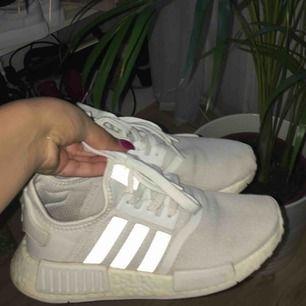 Super fina fräscha nmds! Säljs då dessa inte till kommer till användning! Storlek 36/2-3 men passar även mig som har en vanlig 36 med sko inlägg i😍