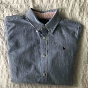 En Ralph Lauren skjorta i fint skick. Den är ganska formsydd och tjockt material