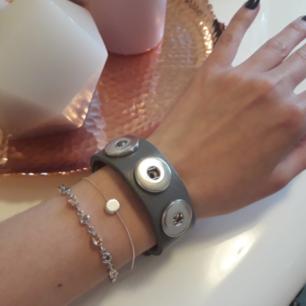 ☆Svinballa äkta läderarmband☆ 200:-/st Svinsnyggt att matcha till flera armband♡ Har 5 olika färger tillgängliga! Fri Frakt!