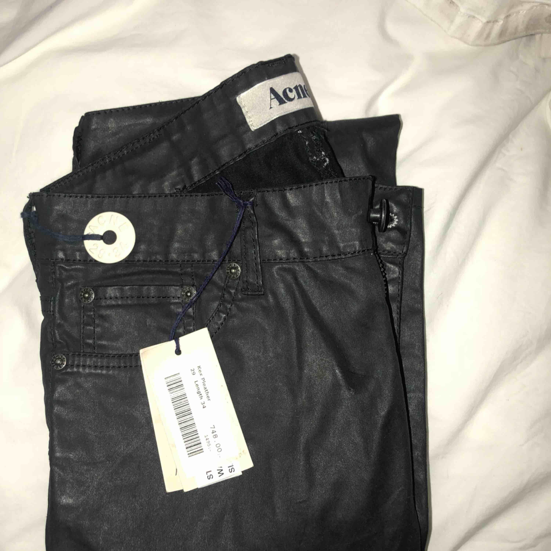 Jeans från acne Aldrig använda Nypris 1500 Rea 750 Inte skinn men mer som vaxade byxor!. Jeans & Byxor.
