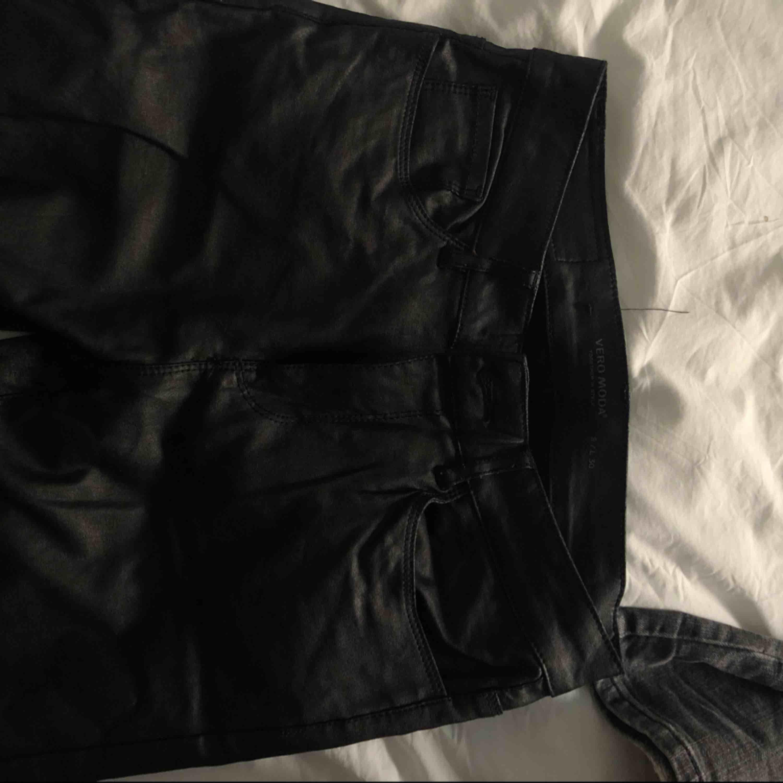 Svarta skinnbyxor fr VeroModa Nypris 300kr . Jeans & Byxor.
