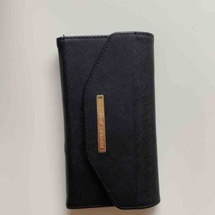"""Ideal of sweden plånboksfodral i fint skick! Nypris 399kr. Passar med alla idealofsweden skal(magnetiskt) plats för 3kort +liten ficka+mobil. Perfekta """"go-to"""" fodralet. Min absoluta favorit, säljes så jag fått ny mobil som inte passar://"""