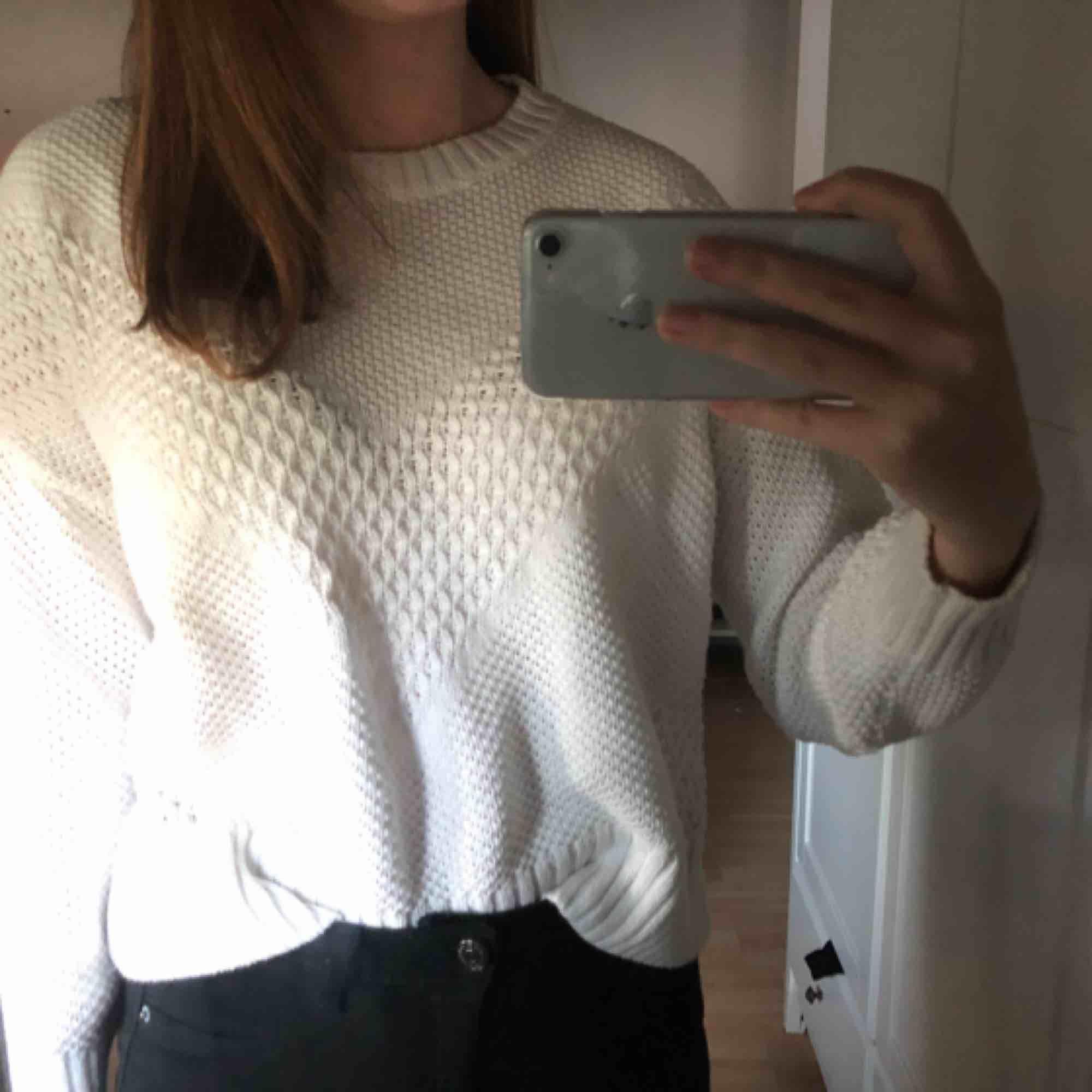 Stickad tröja från HM. I bra skick och är ej genomskinlig men rekommenderas neutralt plagg under. Passar en S-M.  . Tröjor & Koftor.