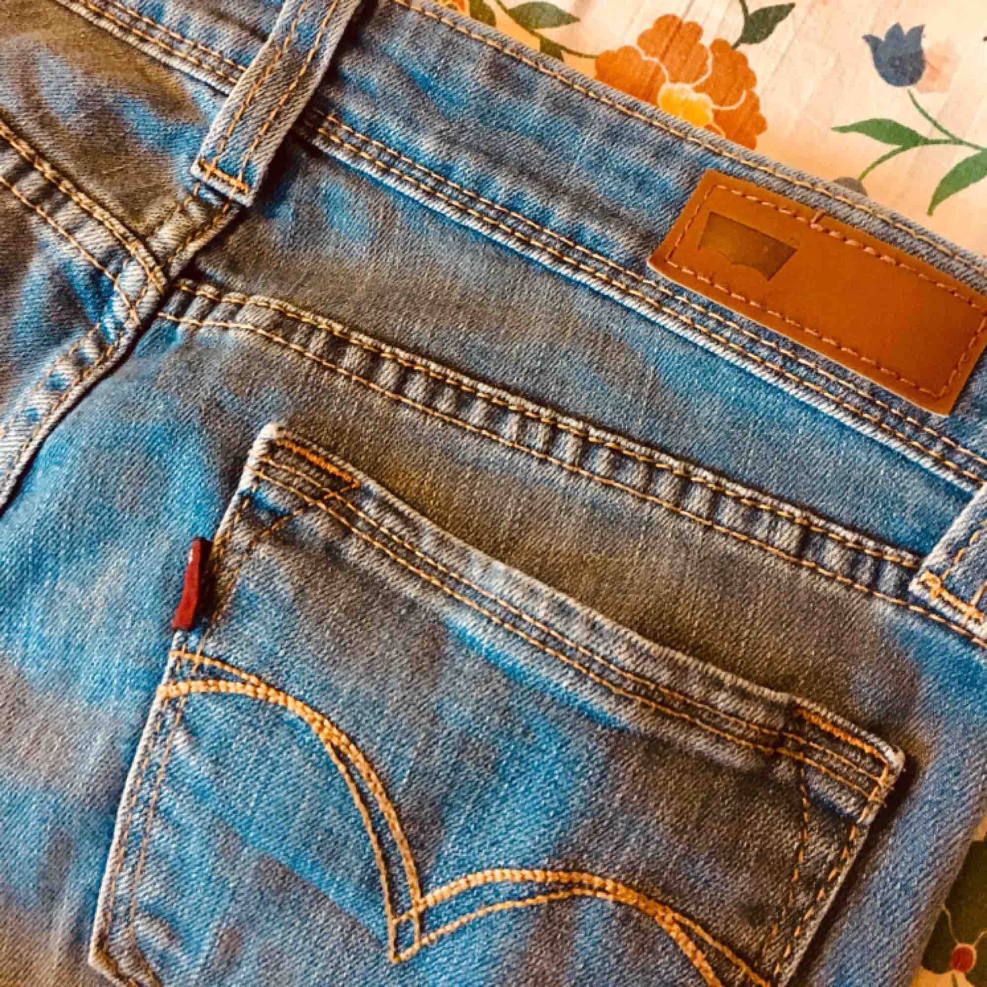 Inköpta på secondhand, nu när jeansen bara ligger i garderoben tänker jag att den kan finna nytta hos någon annan :) bara släng iväg ett meddelande vid funderingar! ⚡️  Fraktkostnad adderas. Jeans & Byxor.
