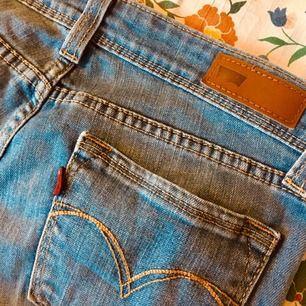 Inköpta på secondhand, nu när jeansen bara ligger i garderoben tänker jag att den kan finna nytta hos någon annan :) bara släng iväg ett meddelande vid funderingar! ⚡️  Fraktkostnad adderas