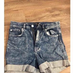 Stentvättade jeansshorts ifrån Monki, använda två gånger så i nyskick!