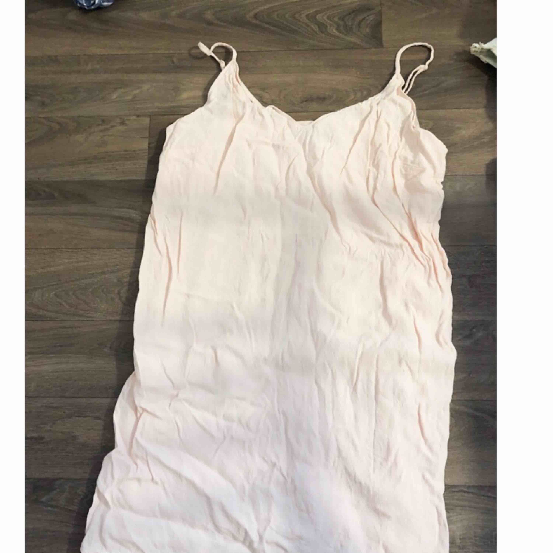 Ljusrosa klänning ifrån Bershka. Fin om man stryker till den lite. Använd 2 ggr.. Klänningar.