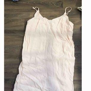 Ljusrosa klänning ifrån Bershka. Fin om man stryker till den lite. Använd 2 ggr.