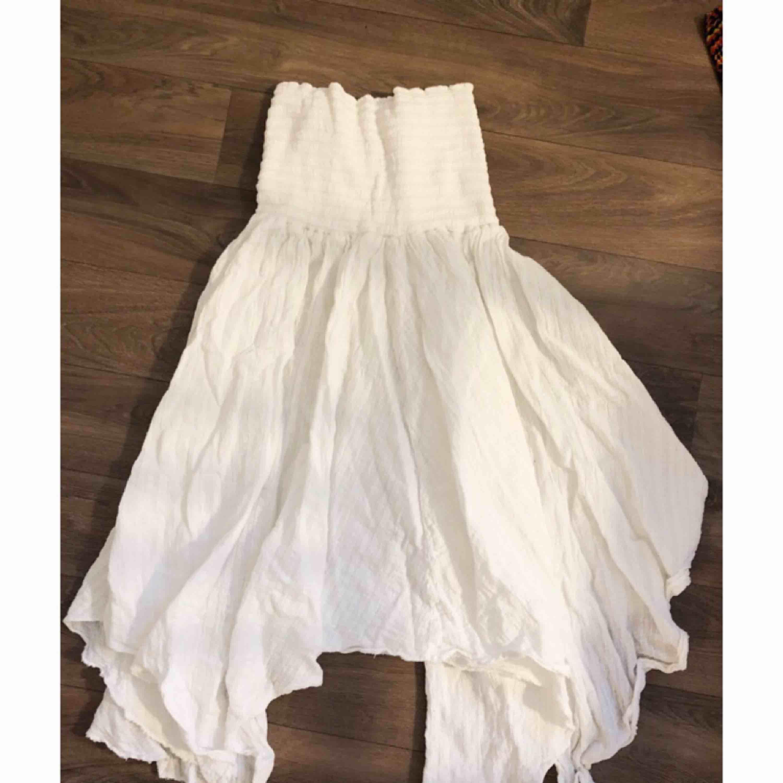Fin vit kjol/klänning (beror på hur man vill bära den). Aldrig använd så i nyskick.. Kjolar.