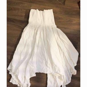 Fin vit kjol/klänning (beror på hur man vill bära den). Aldrig använd så i nyskick.