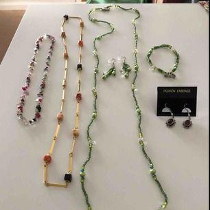 3 halsband. 2 par örhängen, 1 armband. materialet är plast förutom gulfärgade halsbandet och de bruna örhängena. Hämtas i  Uppsala eller 26 kr i frakt som köparen betalar.  Allt säljs tillsammans,så länge annonsen visas så är det fortfarande till salu.