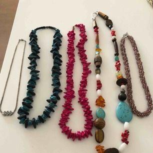 5 halsband och ett armband.  Halsbandet med olika färger består av trä, sten och plast. De andra av ngt slags plast.  Hämtas i Uppsala eller frakt för 40 kr som köparen betalar.
