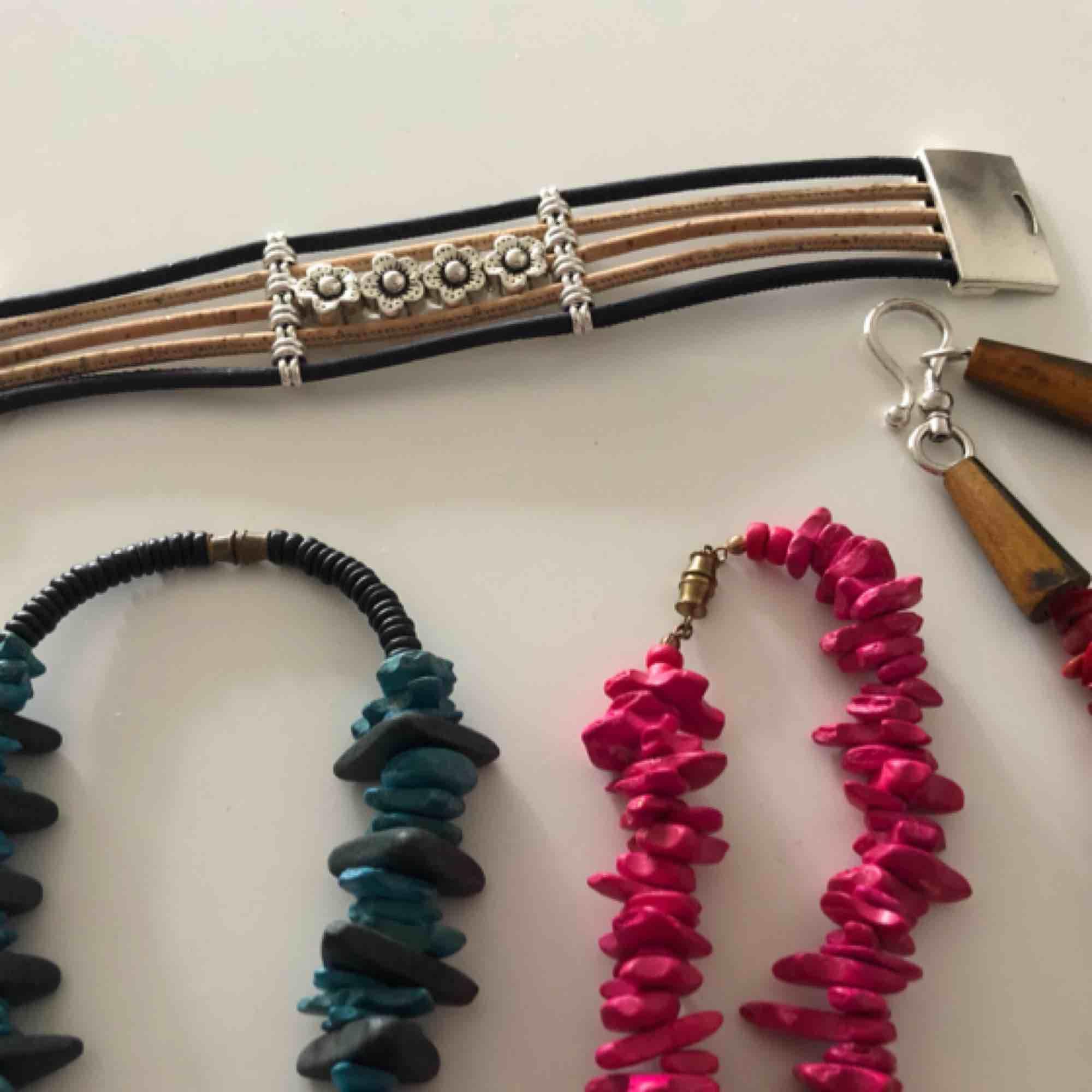 5 halsband och 1 armband.  Halsbandet med olika färger består av trä, sten och plast. De andra av ngt slags plast.  Hämtas i Uppsala eller frakt för 40 kr som köparen betalar.  Så länge annonsen visas så är det till salu.  . Accessoarer.