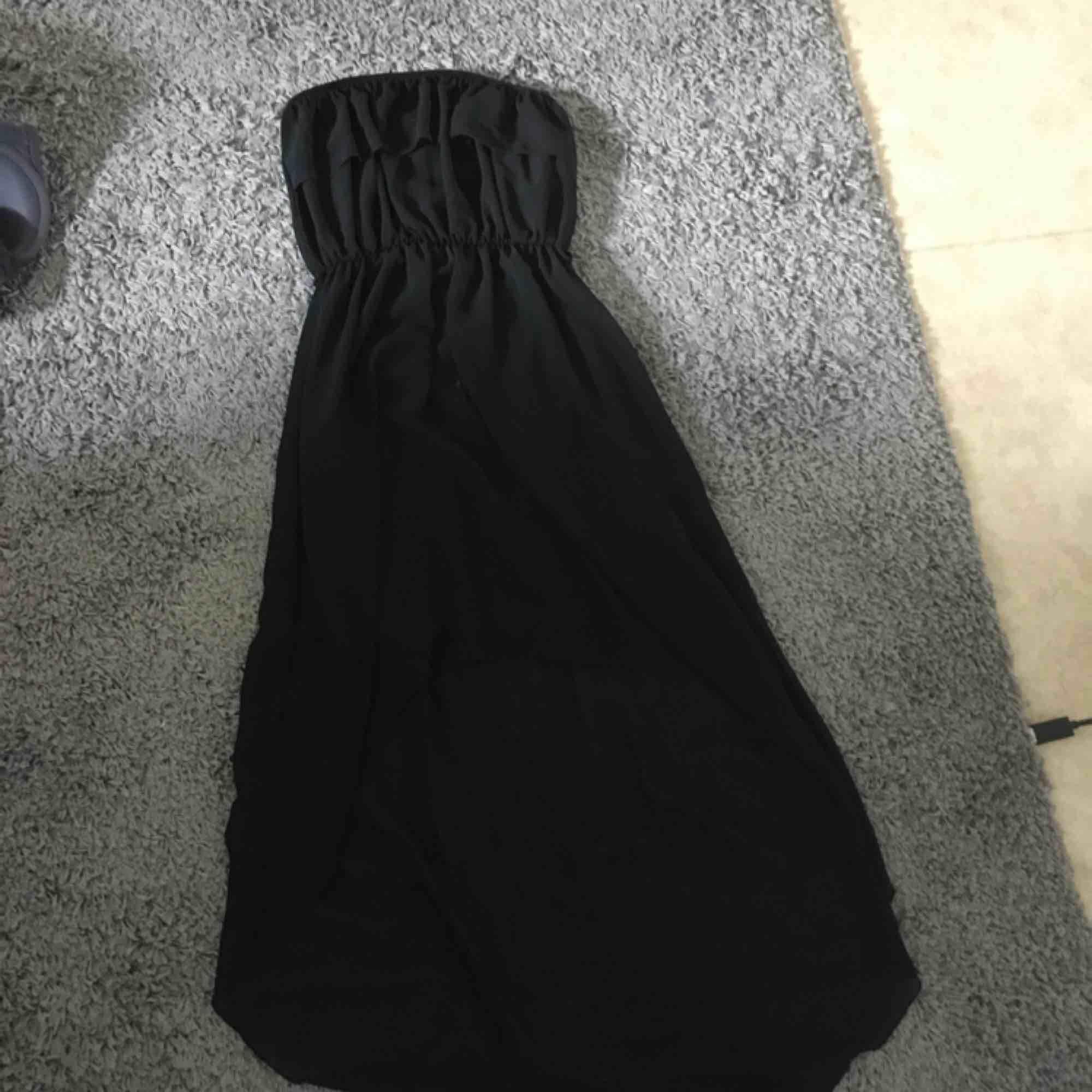 Svart klänning från Spanien, off shoulders. Är lite längre baktill och kortare framtill vid benen.. Klänningar.