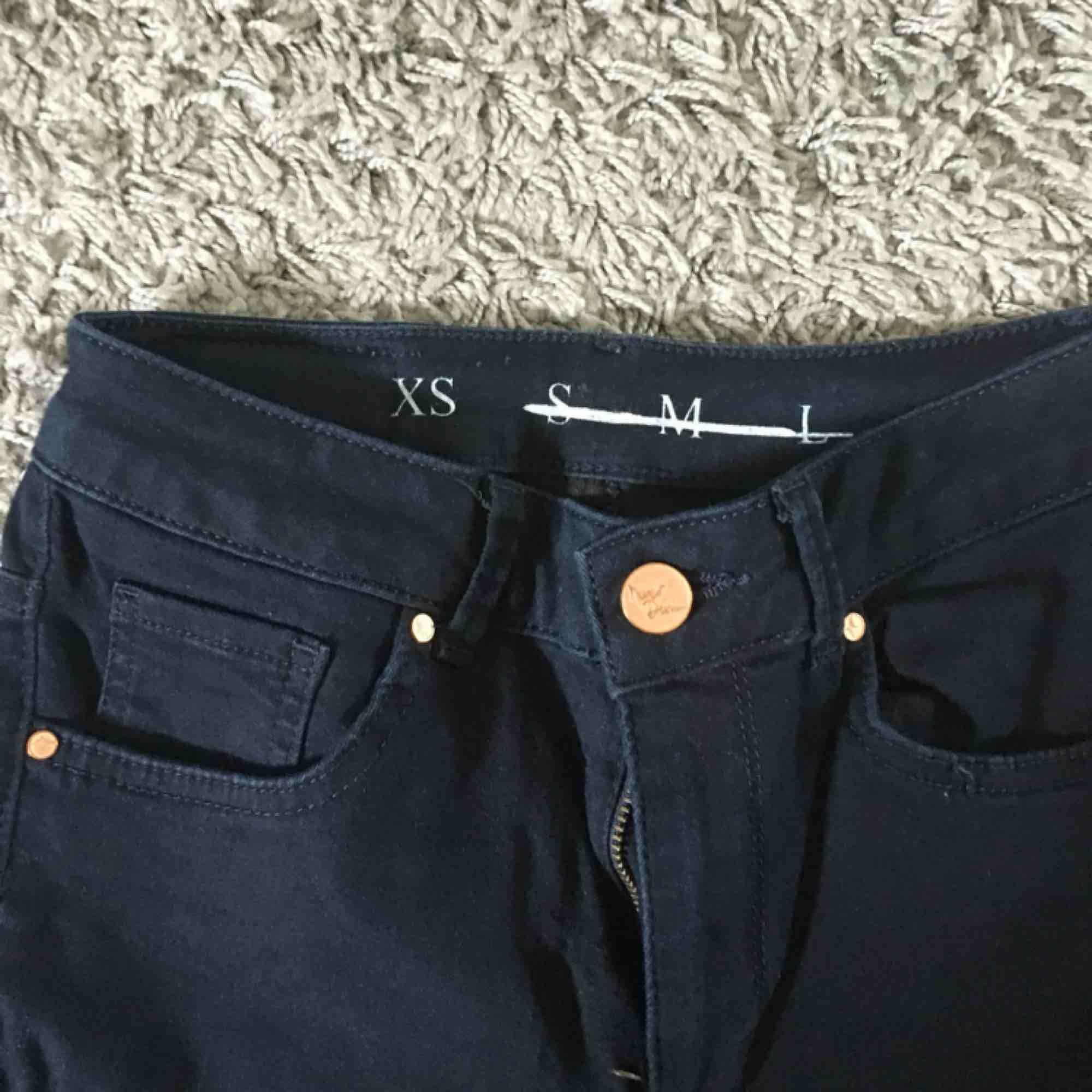 Marinblå jätte stretchiga byxor från bikbok! Supersköna och snygga. Är avklippta nedtill så de passar mig som är 1,60 cm. . Jeans & Byxor.