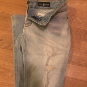 Äkta Reign Italia Jeans i storlek 28 i fint skick, endast använda ett fåtal gånger. Utsvängda. Nypris: 1895kr. Hämtas i Jkpg området eller skickas mot fraktkostnad