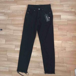 Helt nya 'straight leg' jeans i storlek XS/S. Fick precis hem dom och tyvärr är dom för små vid höfterna och rumpan. Dom är normala i storlek annars, men dem är för små om man är ganska kurvig. Lappen och allt sitter kvar på jeansen. Frakt blir 70 kr ❣️