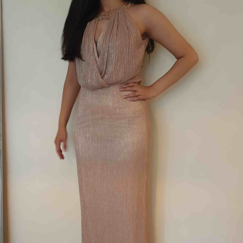 Denna klänningen är designad och köpt ifrån Irak(så ingen har som den), passar även en med storlek small, den är jätte snygg och enkel men man ser verkligen ut som en gudinna i den, använd i kanske 30 min, så den är som ny.. Klänningar.