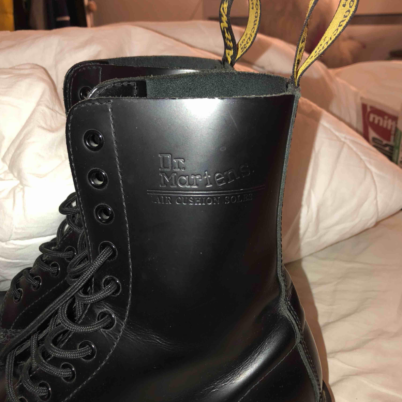 """Dr martens, nästan helt oanvända förutom att dom har fått en liten skreva på vardera sko på """"insidan"""" av foten men annars super fint skick Frakt ingår. Skor."""