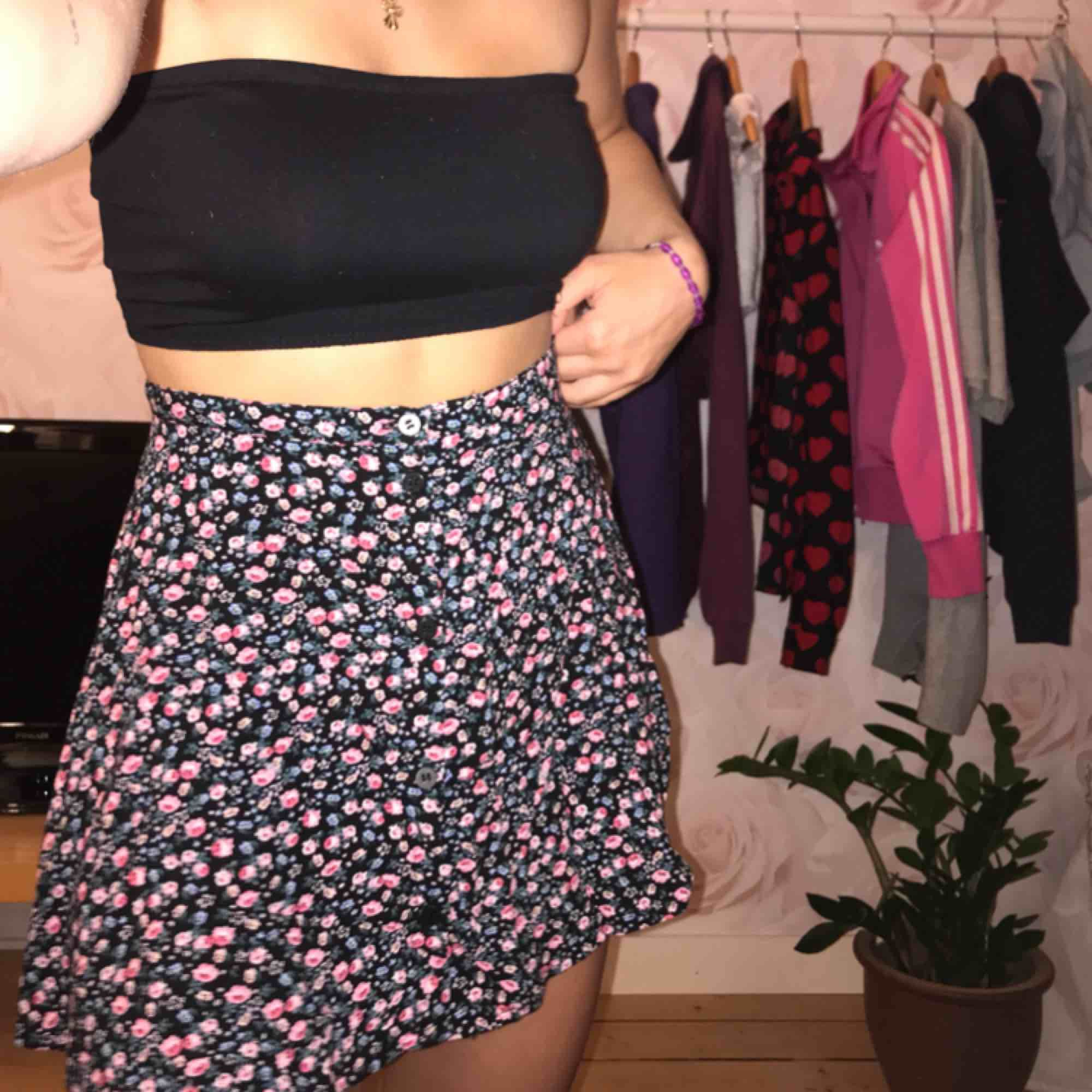Superfin kjol från h&m! Använd ca 2 gånger därmed bra skick! Frakt på 42kr tillkommer💜⭐️. Kjolar.