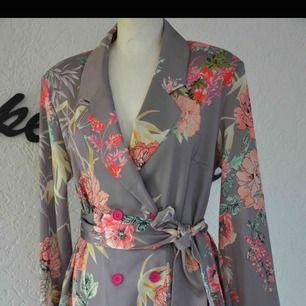 Blazer dress storlek S/M Nytt märke Devine Women Stretch och silkeslän tyg Kan fraktas också spårbar